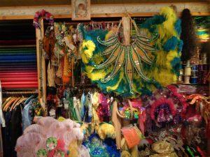 Ob Afro-, Indio-, Frevo-, Lambada-, Carmen-, Miranda- oder Folklore-Kostüme – im Samba-Laden von Dagmar Rosenbauer in Kunreuth gibt es (fast) nichts, das es nicht gibt. – Foto: Dieter Warnick