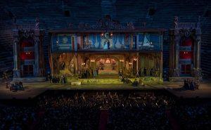 Verdis La Traviata gibt es ab 1. August an 6 Abenden in einer prachtvollen Inszenierung. Foto: © arenadiverona.it