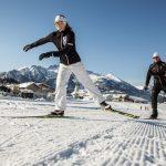 Die Skating-Technik, also das Laufen im Schlittschuhschritt, ist gar nicht so schwer. Die Strecken und Loipen beginnen unmittelbar am Hotel. - Foto: Sportalpen