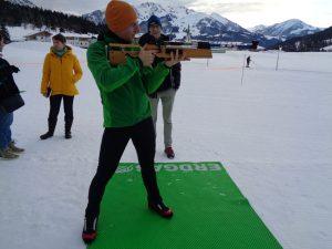 Im Stehendanschlag nimmt dieser Seminarteilnehmer die Biathlonscheiben ins Visier. - Foto: Dieter Warnick