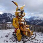 Auf der Hoametzl-Hütte sind diese beiden lustigen Gesellen anzutreffen. Von dort aus kann man rasant den Berg ins Tal hinunterrodeln. - Foto: Dieter Warnick