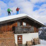 Diese beiden Tourengeher, die auf dem verschneiten Dach der Hütte der Reittahl Alpe stehen, kennen scheinbar keine Furcht. - Foto: Kunz-PR