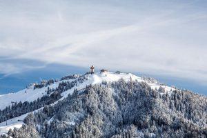 Imposant thront das Jakobskreuz auf dem Gipfel der Buchensteinwand. Es ist mit einer Gesamthöhe von 29,6 Metern das größte komplett begehbare Gipfelkreuz der Welt. - Foto: rolart-images