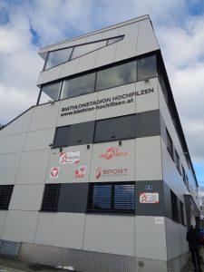Riesig wirkt die Seiten- und Rückwand der Tribüne des Biathlon-Stadions. Für die Weltmeisterschaft 2017 wurden insgesamt 20 Millionen Euro in die Infrastruktur des Stadions investiert. - Foto: Dieter Warnick
