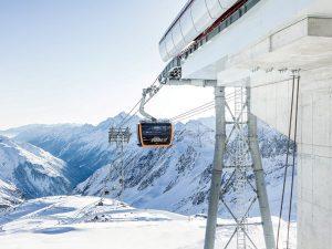 Mit der Gondel gehts in wenigen Minuten hinauf auf den Stubaier Gletscher. – Foto: Andre Schönherr