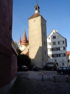 """Die farbenfrohen Ziegel sind das """"Markenzeichen"""" des Diebsturms (hinten). Das ehemalige Stadtgefängnis wurde früher auch Malefiz-Turm genannt. Vorne der Turm der Peterskirche. – Foto: Dieter Warnick"""
