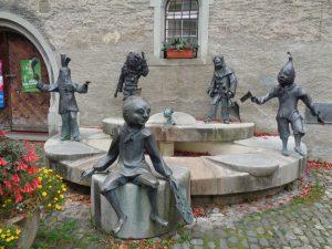 Der Narrenbrunnen stellt die für Lindau typischen Moschtköpf (Apfel und Birne) und die Binsengeister dar. Er steht versteckt in der Altstadt nahe der Peterskirche. Foto: Dieter Warnick