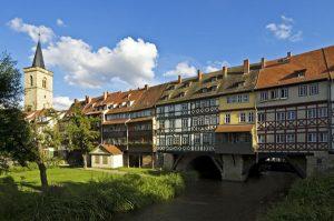 Eines der Wahrzeichen der Stadt Erfurt ist die Krämerbrücke, die längste durchgehend mit Häusern bebaute und bewohnte Brücke Europas. – Foto:  Thüringer Tourismus GmbH/Toma Babovic