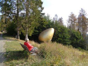 """Das Goldene Ei"""" übt eine magische Anziehungskraft aus. Geschaffen wurde die Skuptur von der 1946 in der ehemaligen Tschechoslowakei geborenen Künstlerin Magdalena Jetelowà. – Foto: Dieter Warnick"""