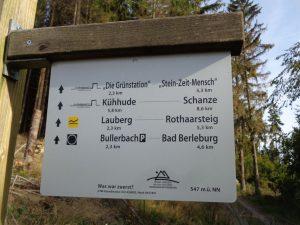 Verlaufen nicht möglich: Große Wandertafeln weisen die Wege, die allesamt vorbildlich markiert sind. – Foto: Dieter Warnick