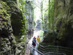 Mit gelber Regenjacke und rotem Helm geht es hinein in den Parco Fluviale Novella oder den Canyon Rio Sass. – Foto: Birgit Weichmann
