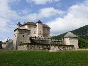 Castel Thun thront weithin sichtbar über dem südlichen Nonstal. – Foto: Birgit Weichmann