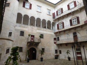 Ein Besuch im eleganten und beeindruckend ausgestatteten ehemaligen Sitz der Adelsfamilie Thun sollte zu jedem Nonstal-Urlaub dazu gehören. – Foto: Birgit Weichmann