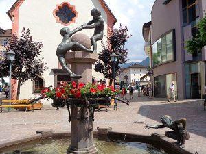 Im Grödnertal, hier ein Brunnen in St. Ulrich, soll die Sommersaison am 4. Juli starten. – Foto: Dieter Warnick