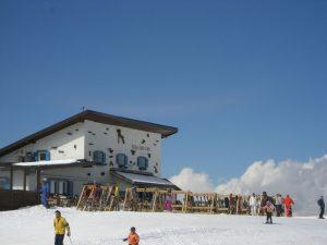 Ein beliebter Treff ist die Comici Hütte. Sie befindet sich auf 2154 m am Fuße des Langkofels im Skigebiet Plan de Gralba. - Foto: Val Gardena-Gröden Marketing