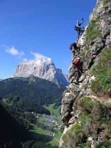 Bergsteiger finden herrliche Routen vor; im Hintergrund der Langkofel. - Foto: Val Gardena-Gröden Marketing