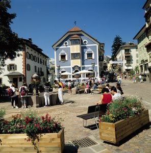 St. Ulrich ist der Hauptort des Grödnertals; in der Fußgängerzone rund um das Cafè Corso lässt es sich vorzüglich verweilen. - Foto: Val Gardena-Gröden Marketing
