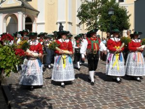 Musikanten in ihrer landestypischen Tracht sorgen dafür, dass die Tradition im Grödnertal nicht zu kurz kommt. - Foto: Val Gardena-Gröden Marketing
