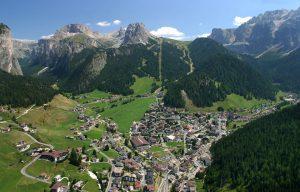 Wolkenstein befindet sich im Talschluss von Gröden und ist ringsum von Gebirgsstöcken der Dolomiten umgeben. - Foto: Val Gardena-Gröden Marketing