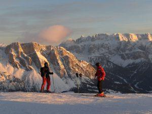 Skifahrer vor der Secada: einem sonnigen Skitag steht nichts im Wege. - Foto: Val Gardena-Gröden Marketing