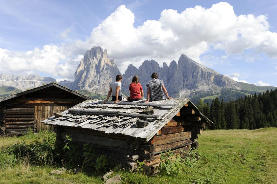 Das Dach eines Heuschobers – ein pfiffiges Plätzchen zum Verschnaufen. - Seiser Alm Marketing/Laurin Moser