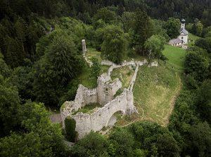 Oberhalb des Dorfes Thaur thront das alerische Romedikirchl. Nicht weit davon befindet sich zudem eine geheimnisvolle Schlossruine. - Foto: Hall-Wattens.at