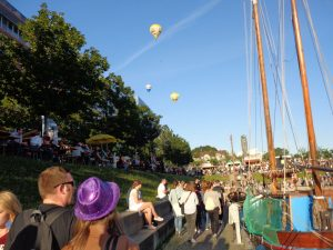 """Das vielseitige und familienfreundliche Rahmenprogramm macht die """"Balloon Sail"""" jedes Jahr zu einem Hotspot der Kieler Woche – fernab vom Trubel an der Kiellinie. - Foto: Dieter Warnick"""