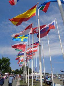 Diese Fahnen verdeutlichen die Vielzahl der teilnehmenden Länder an den Wettbewerben der Kieler Woche. - Foto: Dieter Warnick