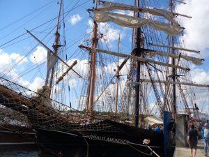 Die Brigg Roald Amundsen bietet außergewöhnliche Gelegenheiten, auf einem traditionellen Großsegler mitzusegeln. Das Schiff ist im Sommer auf der Ost- und Nordsee unterwegs, im Winter auf den Kanarischen Inseln. Brigg ist ein zweimastiges Segelschiff mit Rahsegeln an beiden Masten. - Foto: Dieter Warnick