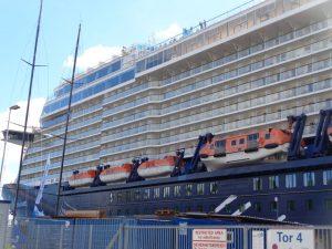 """Die """"Mein Schiff 4"""" ist ein Kreuzfahrtschiff der Reederei TUI Cruises. Es wurde am 15. Mai 2015 in Dienst gestellt, hat eine Länge von 293 Metern und ist für 2506 Passagiere zugelassen. - Foto: Dieter Warnick"""