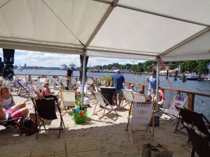Auf der Kiellinie kann nicht nur flaniert, sondern auch im aufgeschütteten Sand einer Bar ein Sonnenbad und natürlich der eine oder andere Drink genossen werden. - Foto: Dieter Warnick