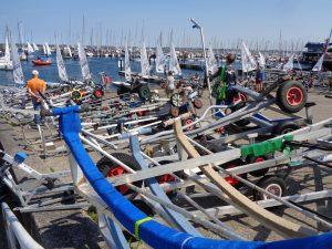 Mit diesen fahrbaren Untersätzen bringen die Segler ihre Boote zu Wasser. - Foto: Dieter Warnick