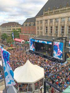 Gut besucht sind in jedem Jahr die Konzerte auf der Rathausbühne. - Foto: Lh Kiel / Marten Robert Witzel