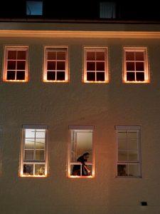 In jedem Jahr treffen Einheimische und Auswärtige am 15. August zu Mariä Himmelfahrt aufeinander, um die Lichterprozession in Bernried (am Starnberger See), das ebenfalls noch zum Pfaffenwinkel gehört, zu zelebrieren. Auch das Kloster erstrahlt im Kerzenlicht. – Foto: Kunz PR