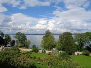 Blick von Kloster Bernried in den Klostergarten und auf den Starnberger See. – Foto: Dieter Warnick