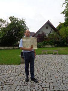 Eine Führung mit Archivleiter und Stadtführer Joachim Heberlein ist ein höchst amüsantes Unterfangen. – Foto: Dieter Warnick
