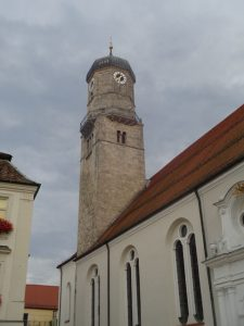 Die katholische Stadtpfarrkirche Mariä Himmelfahrt am Marienplatz in Weilheim ist eine der größten Sakralbauten im Pfaffenwinkel. – Foto: Dieter Warnick