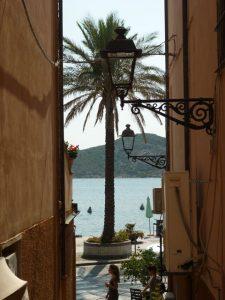 La Maddalena - der Hauptort. Ausblick aufs Meer. Foto: Küffner