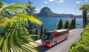 Bernina Express Bus am Lago di Lugano. – Foto: Rhätische Bahn / Christof Sonderegger