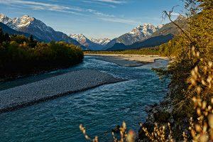 Die Naturschönheit des Wildflusses Lech im Herbst genießen – das Tiroler Lechtal verlängert 2020 seine Saison. – Foto: Tiroler Lechtal / Robert Ede