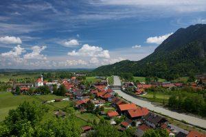Eschenlohe liegt nördlich des Estergebirges am Ausgang des Loisachtals aus den Alpen. – Foto: Zugspitzland / Benedikt Lechner