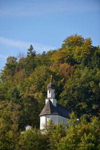 Die Kapelle St. Georg in Oberau ist ein kleiner barocker Saalbau mit Zwiebeldachreiter. Der spätgotische Westteil wurde um 1660 nach Osten verlängert und barockisiert. – Foto: Ferienregion Zugspitzland / Benedikt Lechner
