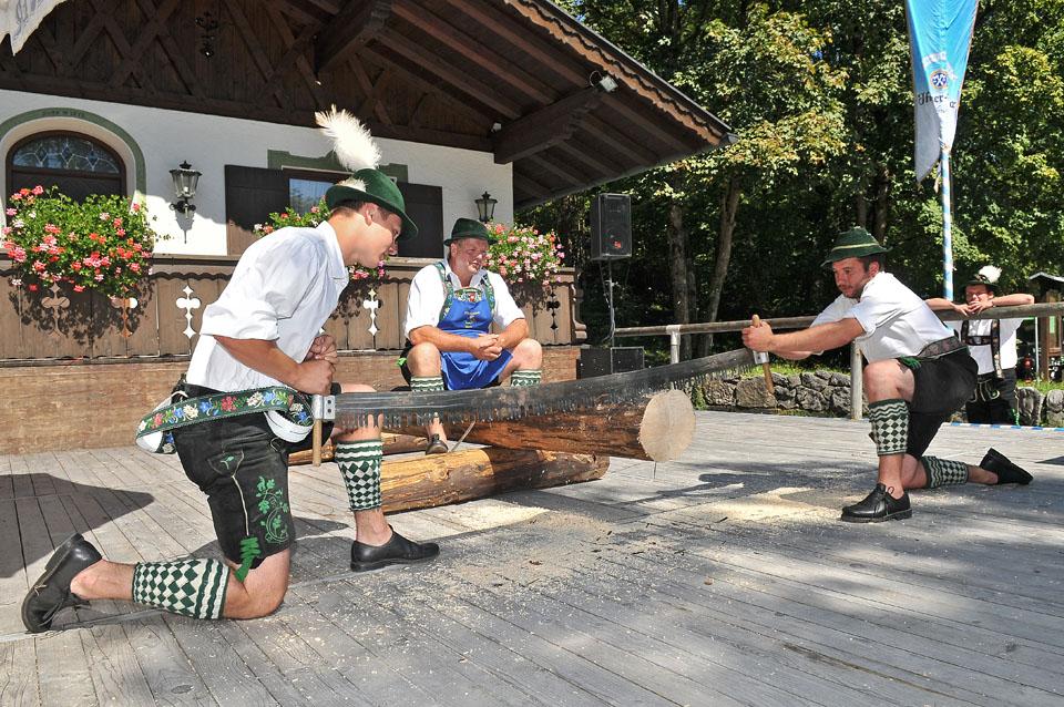 Oberbayerische Traditionspflege – hier beim Waldfest in Oberau. – Foto: Tourist-Info Eschenlohe / Sophia Lohse