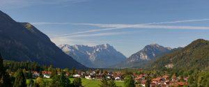 Eschenlohe – Blick Richtung Süden. – Foto: Ferienregion Zugspitzland / Benedikt Lechner