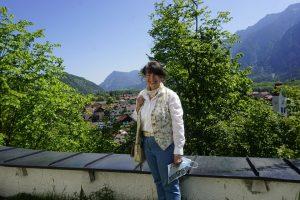 Ein wandelndes Buch: Henny Schübel zeigt die sagenhafte Seite des Zugspitzlandes. – Foto: Kunz PR