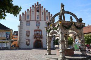 Das im Zentrum von Hammelburg gelegene Rathaus bildet zusammen mit dem Marktbrunnen das Wahrzeichen der unterfränkischen Kleinstadt im Landkreis Bad Kissingen. – Foto: Klaus Gössmann-Schmitt