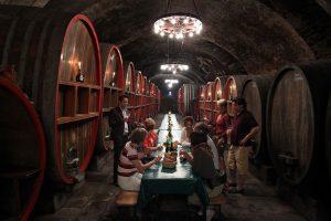 Weingenuss im großzügigen Ambiente des Hammelburger Winzerkellers. Das Gewölbe ist einer der drei größten Keller in Unterfranken. – Foto: K.J. Hildenbrand