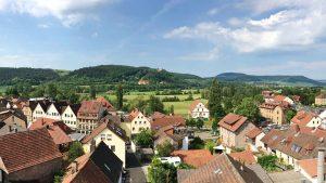 Blick vom Baderturm auf die Stadt, das Schloss Saaleck (im Hintergrund) und die Bayerische Musikakademie (darunter). – Foto: Elfriede Böck