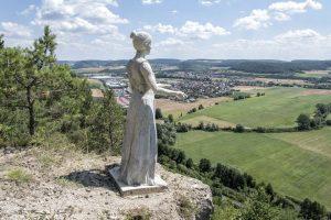 """""""Amalberga"""" blickt auf die Stadt; der Sage nach soll sie einst ein Schloss auf dem Hammelberg besessen haben. – Foto: Florian Trykowski"""
