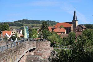 Elfershausen lädt zum Verweilen ein. Der Markt liegt am Südrand des Naturparks Bayerische Rhön im nördlichen Teil des Fränkischen Weinlandes zwischen Hammelburg und der Kurstadt Bad Kissingen. – Foto: Klaus Gössmann-Schmitt